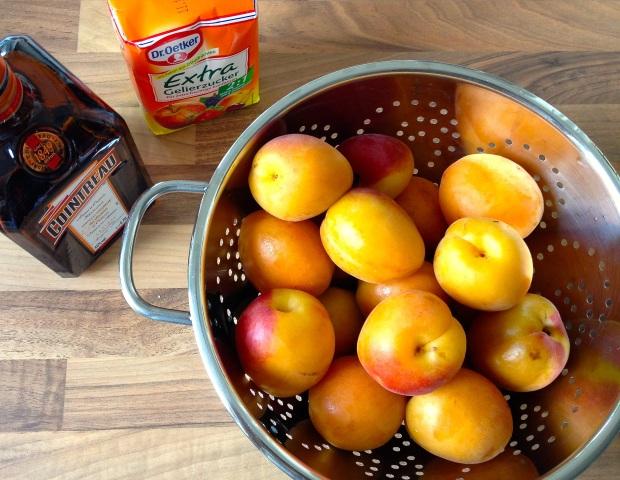 Aprikosen, Gelierzucker und Orangenlikör.