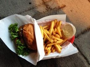 Burger, Pommes und Mayonnaise in einem Korb