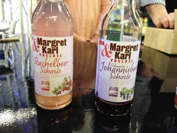 Zwei Flaschen der Firma Voelkel