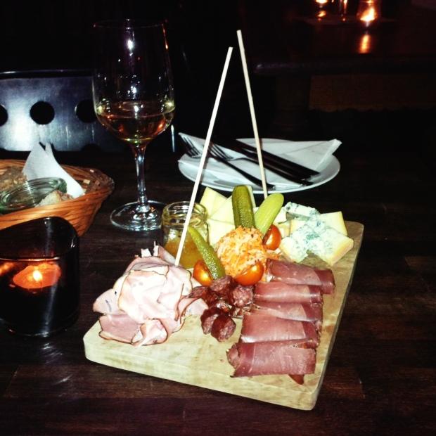 Winzerplatte mit Käse, Schinken und Gurke