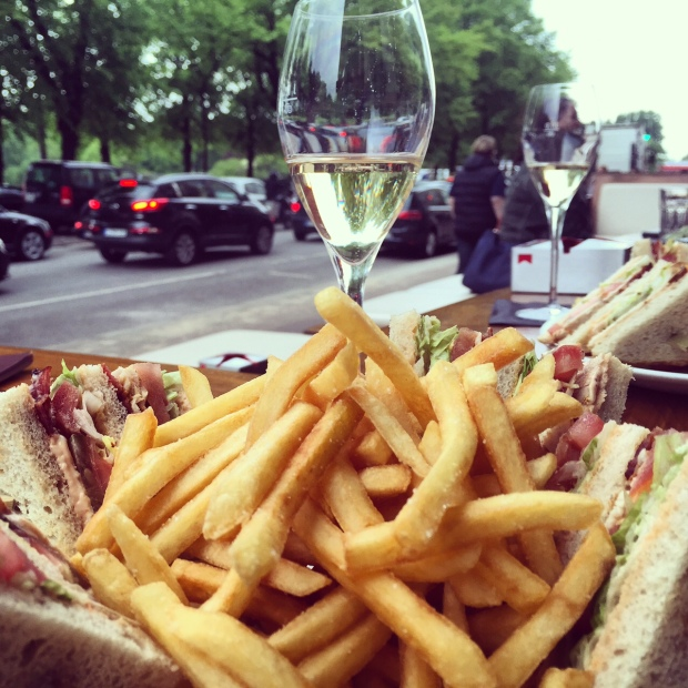 Clubsandwich mit Champagner an der Binnenalster