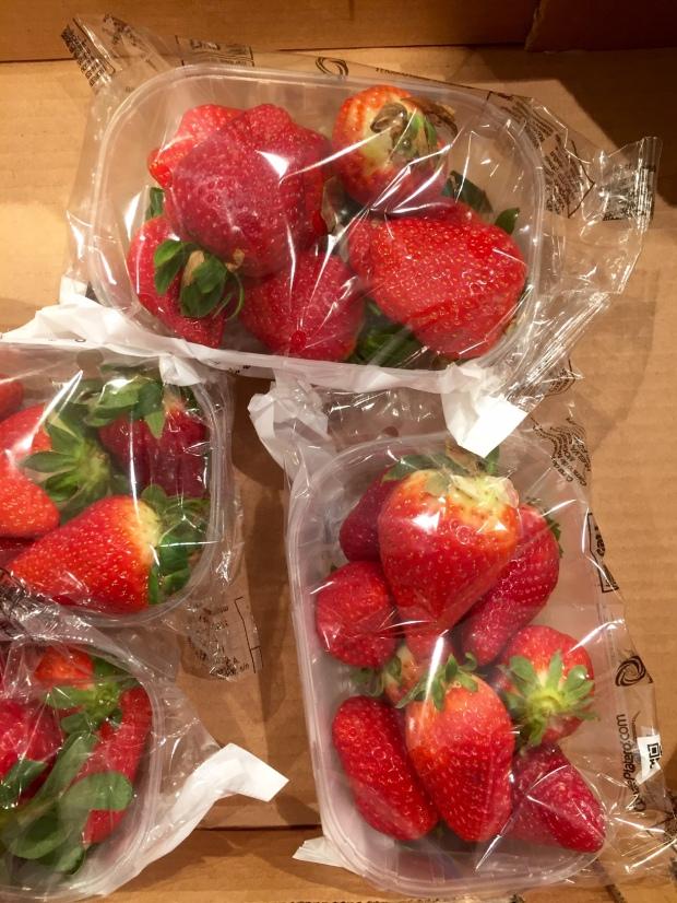 Erdbeeren in Folie verpackt