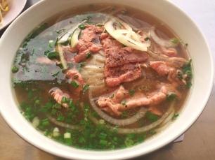 Pho tai: Das Fleisch wird in roh in die Brühe gegeben und gart dort nach.